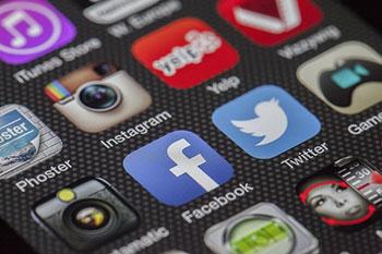 Facebookなどのアイコンが並んだスマホの画面