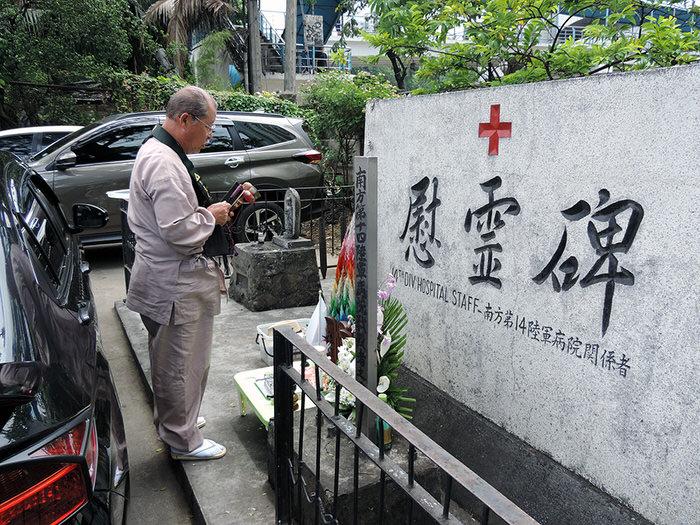 病院の敷地東端にある慰霊碑